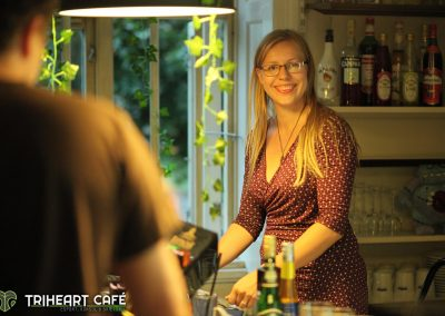 Bag Gamerbaren Triheart café er Sandra klar til at servere gamer drinks :D